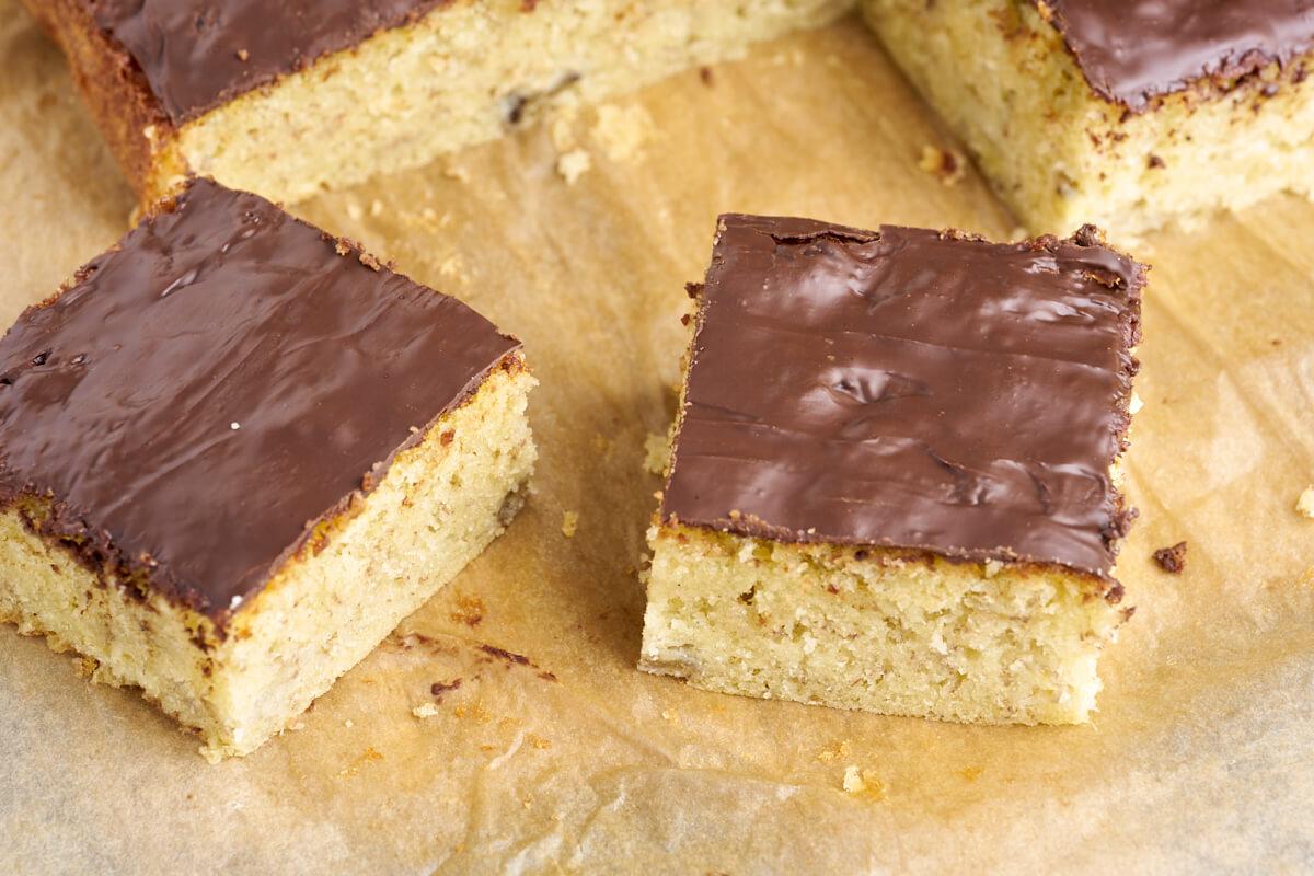 to stykker af banankage med chokoladetopping bagt i bradepande