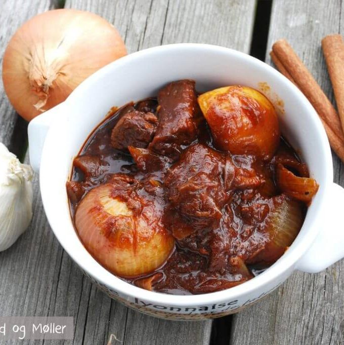 Stifado - Recipe for the Greek beef stew stifado - Make it in a saucepan or pressure cooker
