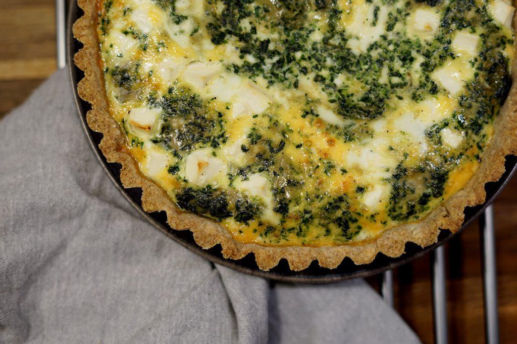Laksetærte med spinat - Opskrift på madtærte med laks, feta og spinat