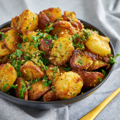 Potatoes in oven - Recipe for small crispy roasted potatoes with rosemary and garlic
