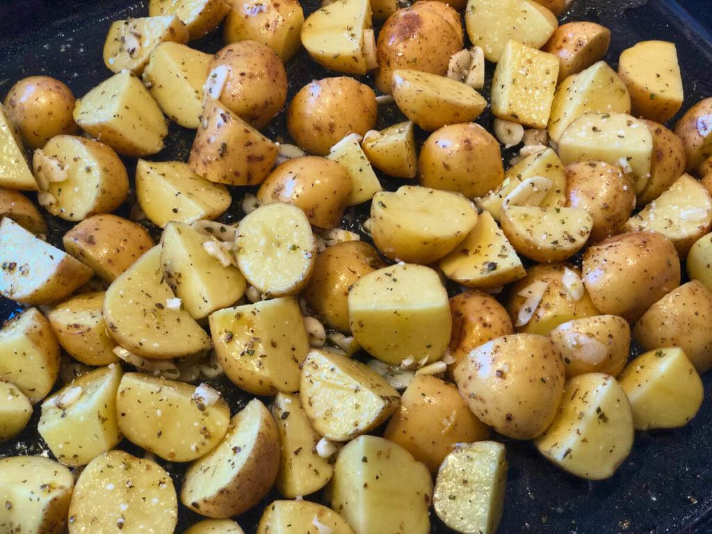 Græske kartofler - Nem opskrift på lækre ovnkartofler med citron og hvidløg. Perfekt tilbehør til lam eller grillmad