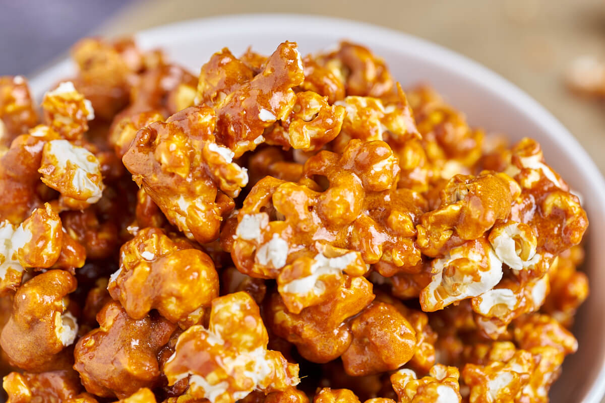 karamel popcorn i hvid skål