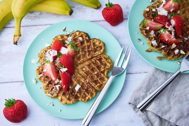 Opskrift på bananvafler serveret med jordbær mandler og hvid chokolade