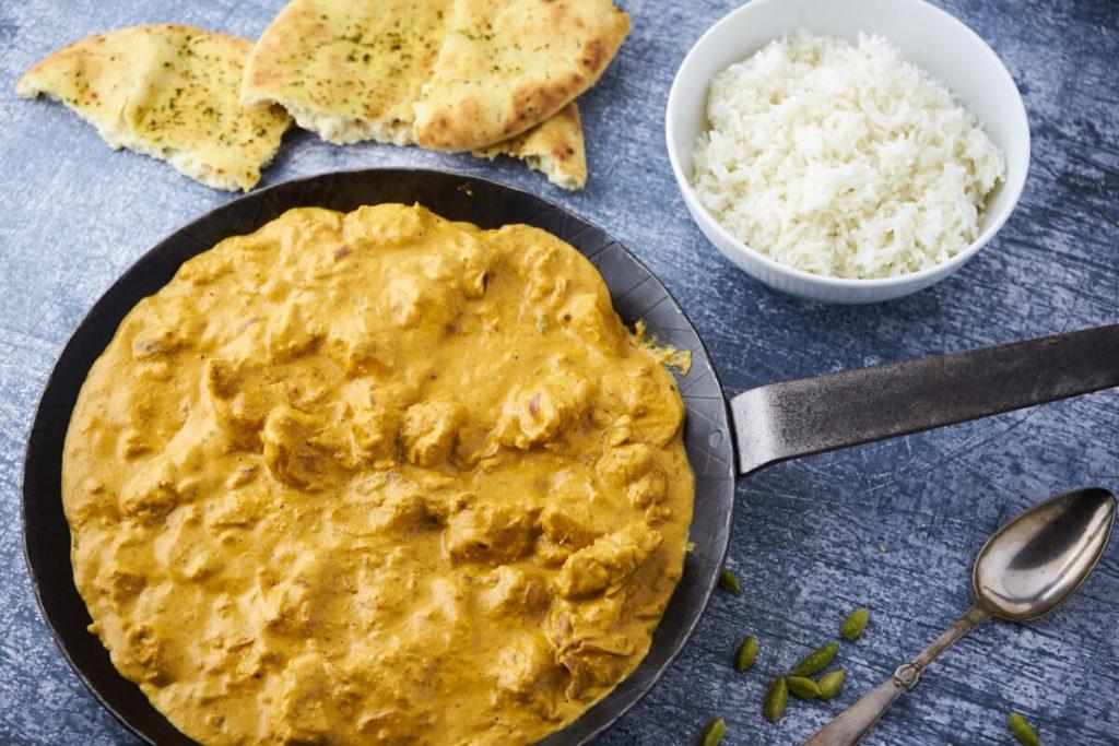 opskrift på lækker kylling korma med ris og naan brød
