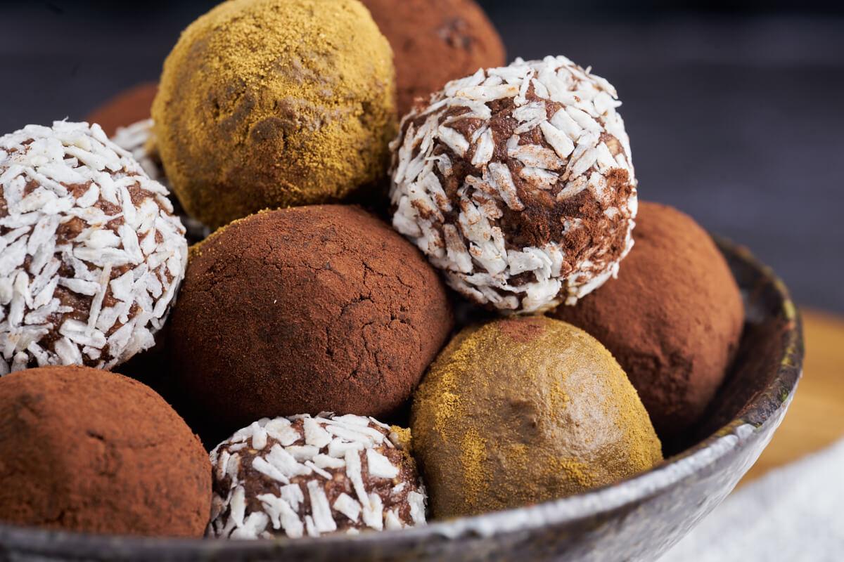 Dadelkugler i skål med kokos, lakrids og kakao