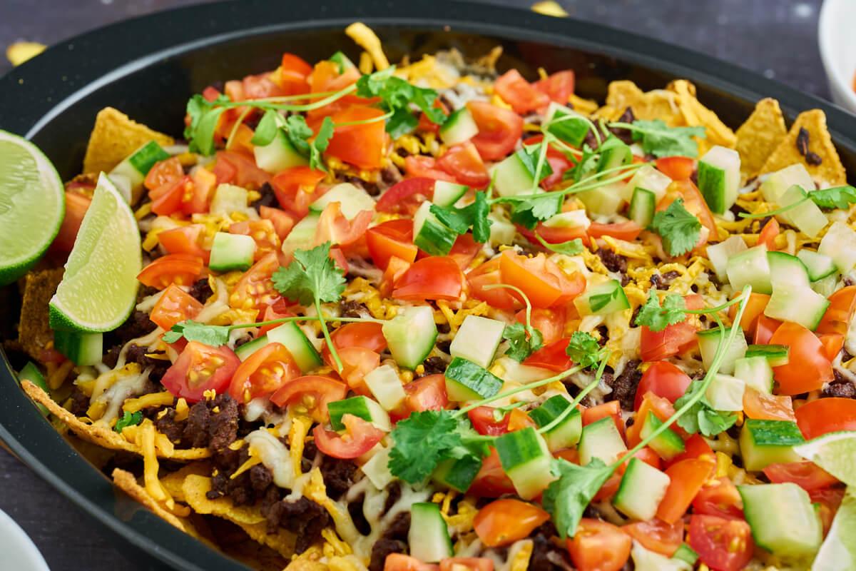 luksus nachos med oksekød, ost og grøntsager