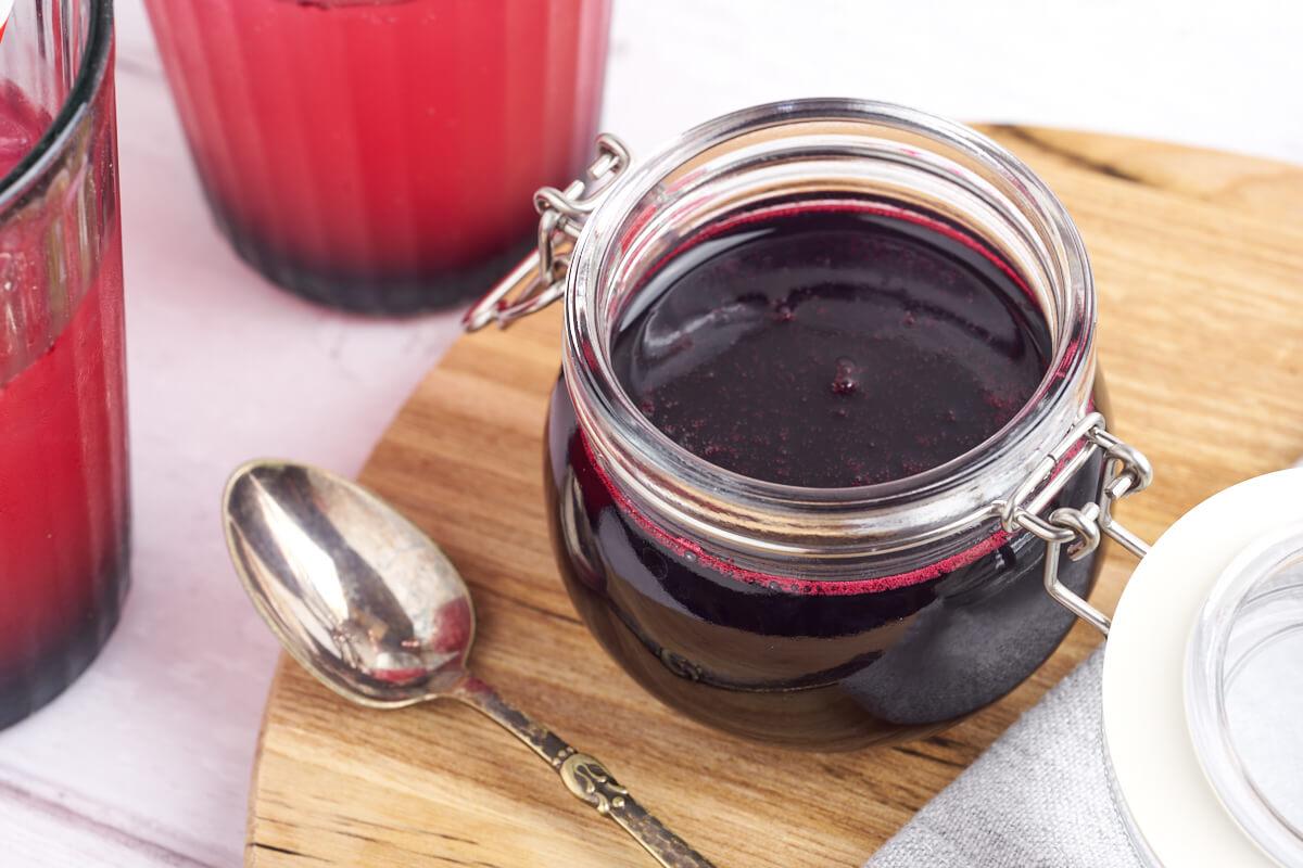 glas med hjemmelavet blåbærsirup