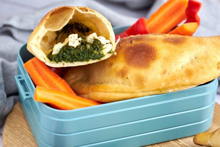 pirogger med spinat og feta i madkasse med grøntsager